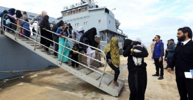 مهاجرون لدى وصولهم إلى قاعدة عسكرية ليبية في 16 كانون الأول/ديسمبر 2017.