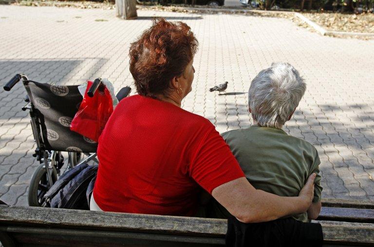 ANSA / أحدى المساعدات الاجتماعيات إلى جانب مسنة أوكرانية في روما. المصدر: أنسا / أليساندرو دي ميو.