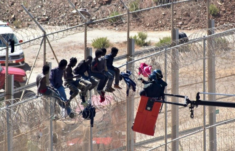 مهاجرون أثناء محاولتهم اجتياز السياج الفاصل لسبتة/ أرشيف