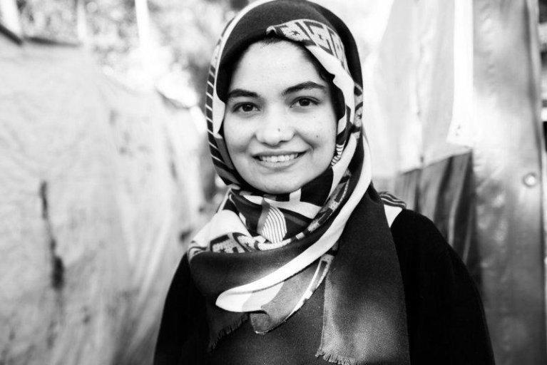 """Parwana a passé plus de trois mois avec sa famille dans le camp de Moria, en Grèce. Elle a raconté son quotidien dans des """"lettres au monde"""" publiées sur internet et bientôt dans un livre. Crédit : Judith Büthe"""