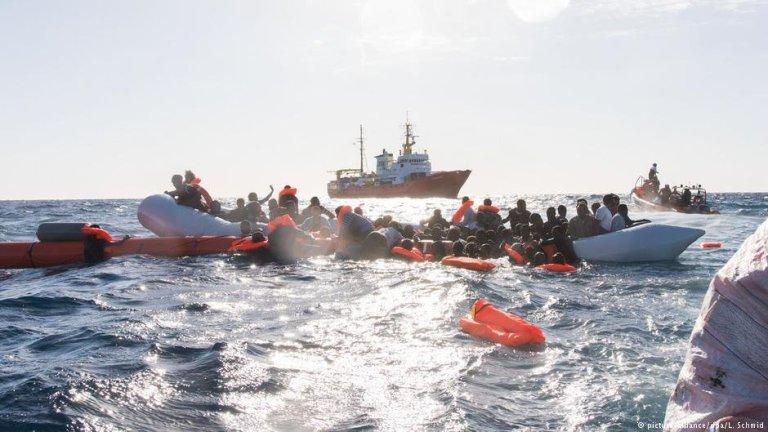 له ارشیف څخه: کډوال د لیبیا په ساحلي اوبو کې. کرېډېټ: پیکچر الاینز