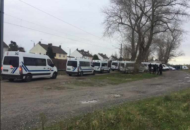 Des camionnettes de police à Calais, le 12 janvier. Crédit : Utopia 56