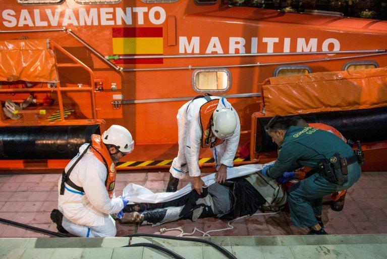 Les garde-côtes espagnols recouvrent le corps d'un migrant décédé dans le naufrage de son embarcation, le 27 novembre 2019. Crédit : Reuters