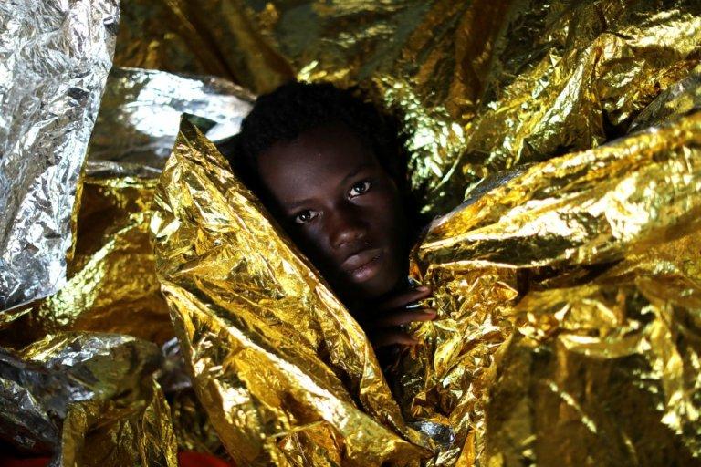 نوجوان گینهای که توسط کشتی نجات مهاجران متعلق به سازمان اسپانیایی پرو اکتیوا از مدیترانه نجات داده شد، ٣ فبروری ٢٠١٧. عکس از رویترز/ جیورگوس موتافیس