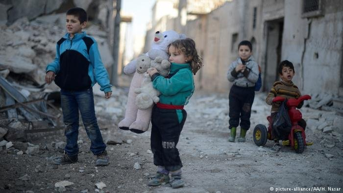 Young children in rubble-filled street (picture-alliance/AA/H. Nasar)