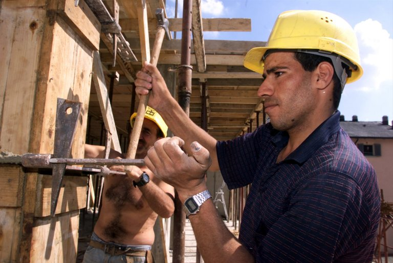 Archive: An Egyptian worker at a work site in central Milan, July 2000   Photo: ANSA/DAL ZENNARO