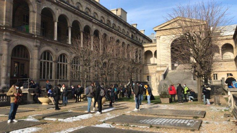 """Des militants du """"collectif réquisition"""", accompagnés de sans-abri, ont occupé samedi 13 février l'Hôtel-Dieu à Paris pour réclamer des hébergements. Crédit : Utopia 56"""