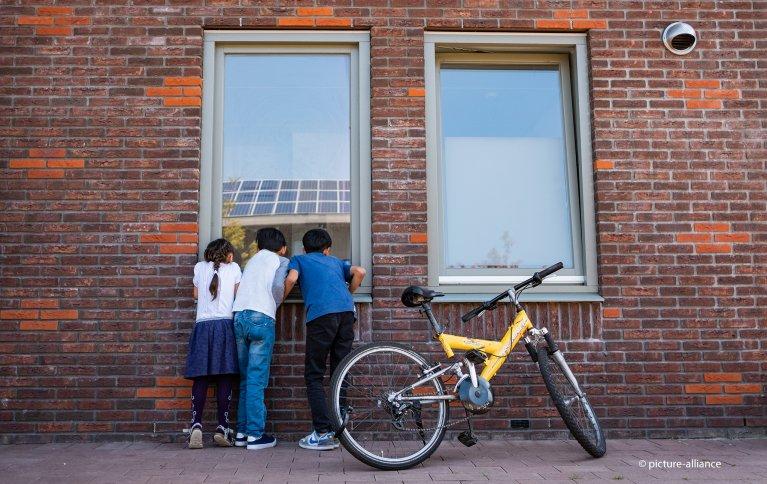 Refugee children at the reception center in Ter Ael, Netherlands | Photo: Picture-alliancec/Mohssen Assanimoghaddam/dpa