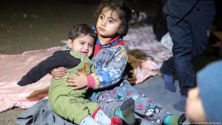 Young children sit on the ground near Edirne in Turkey | Photo: Picture-alliance/PIXSELL/A. Durgut