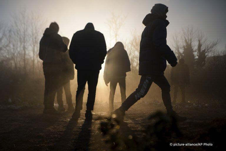 مهاجرون يتابعون طريقهم عبر البر إلى أوروبا بعد عبورهم البحر الأبيض المتوسط.