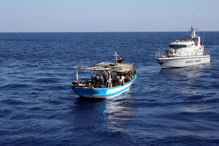 ansa / قارب تم اعتراضه بواسطة الشرطة المالية في بورتو إمبيدوكلى، بالقرب من بلدية ريلمونتي، بعد هبوط عدد من المهاجرين التونسيين.