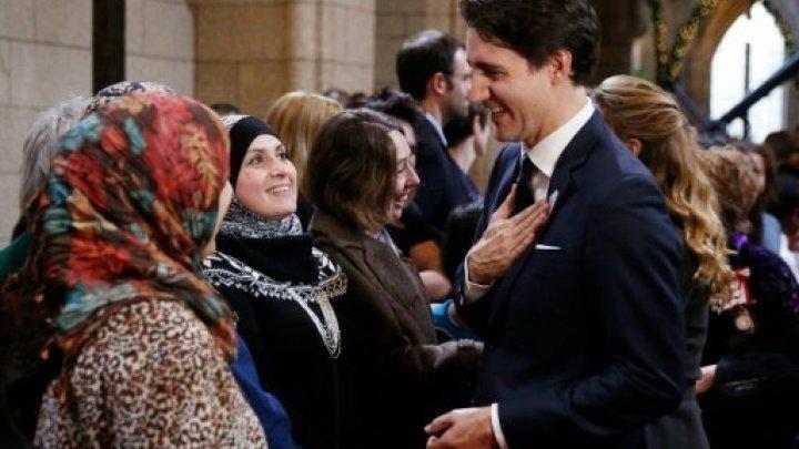 © أ ف ب | رئيس الوزراء الكندي يتحدث مع لاجئين في ديسمبر 2015