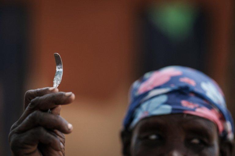 AFP/Yasuyoshi Chiba  Outil fait maison fabriqué à partir d'un clou utilisé pour la mutilation génitale féminine (MGF).