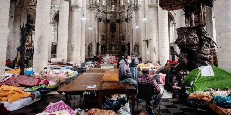 Environ 200 sans-papiers occupent une église de la capitale belge pour réclamer leur régularisation. Crédit : DR