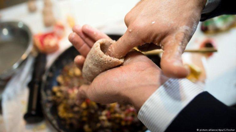 Preparing the Syrian dish Kibbeh   Photo: picture-alliance/dpa/G.Fischer