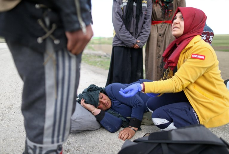 First aid medics help a sick refugee who arrived in Turkey along a route to the west in Erzurum, Turkey | Photo: EPA/ERDEM SAHIN