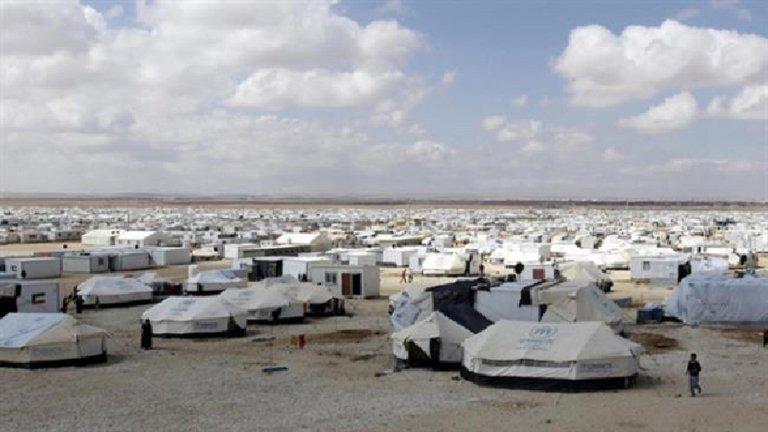 خطر الجوع يهدد آلاف اللاجئين السوريين في مخيم الركبان على الحدود الأردنية (مصدر الصورة: ANSA)