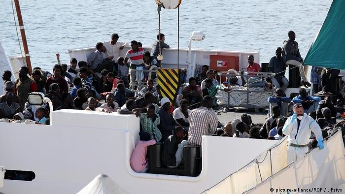 picture-alliance/ROPI/I. Petyx  قوات خفر السواحل الإيطالي تنقذ الآلاف من المهاجرين غير الشرعيين في البحر المتوسط