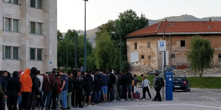 Les migrants attendent la distribution des repas devant la gare de Sarajevo, l 18 juin. Crédit : InfoMigrants