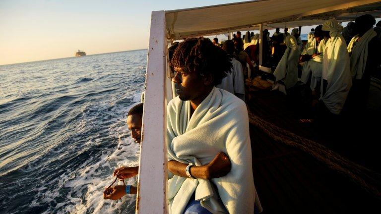 Un migrant à bord de l'Open Arms, à son arrivée à Algésiras, en Espagne, le 9 août 2018. Crédit : REUTERS/Juan Medina