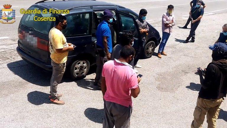 ANSA /  لقطة من شريط فيديو لشرطة الأموال، تظهر العملية ضد إحدى العصابات التي تستغل العمال المهاجرين في كالابريا. المصدر: أنسا.