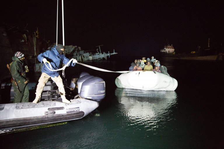 From file: Libyan coast guard personnal pulling a rope from an inflatable boat carrying migrants at Tripoli port | Photo: Archive/EPA