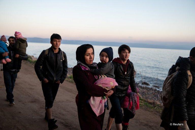 یک گروه از مهاجران که تلاش دارند با گذشتن از بحیره اژه خود را به جزیره لیسبوس یونان برسانند
