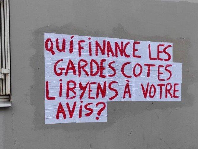 Le mouvement Collages Refugees veut marquer les esprits en collant des slogans en faveur des mineurs isolés étrangers dans Paris. Crédit : @Collages_refugees