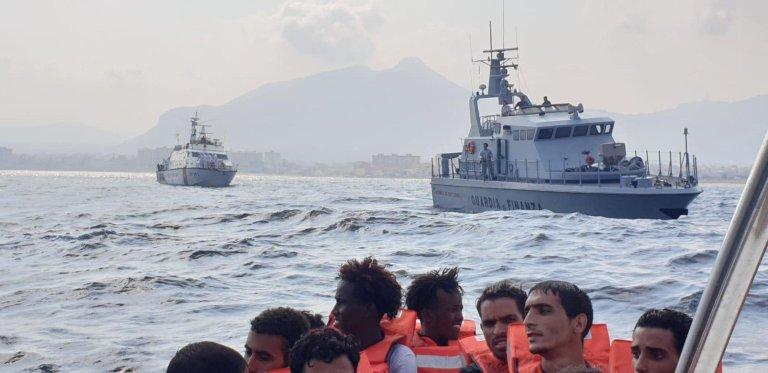 """السفينة آلان كردي التابعة لمنظمة """"سي آي"""" غير الحكومية تصل للميناء الصناعي في أولبيا بجزيرة سردينيا الإيطالية. المصدر: أنسا / جيان ماريو سياس."""