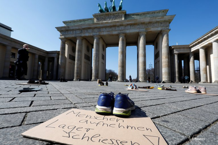 '#LeaveNoOneBehind' campaign at the Brandenburg Gate in Berlin on Sunday, April 5 | Photo: Reuters Michele Tantussi