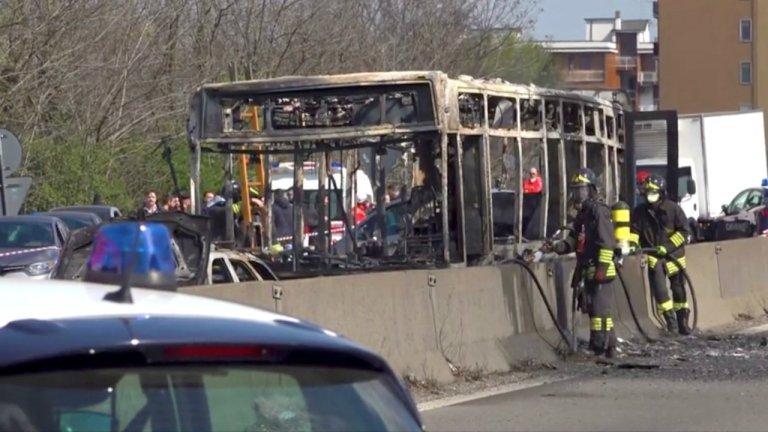 La carcasse du bus scolaire brûlé le 20 mars par un homme en signe de protestation contre les migrants morts en Méditerranée. Crédit : Reuters