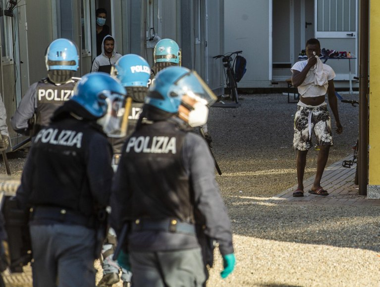 Police during a protest at a migrant repatriation center in Milan, Italy, in October 2020 | Photo: ANSA/Andrea Fasani