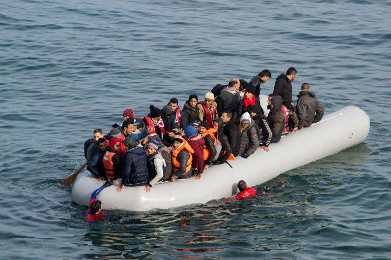 ansa / مهاجرون يصلون على متن قارب مطاطي مكتظ إلى جزيرة ليسبوس اليونانية في 15 كانون الأول/ ديسمبر من عام 2015، بعد عبور بحر إيجة قادمين من تركيا. المصدر: إي بي إيه/ سترينجر.