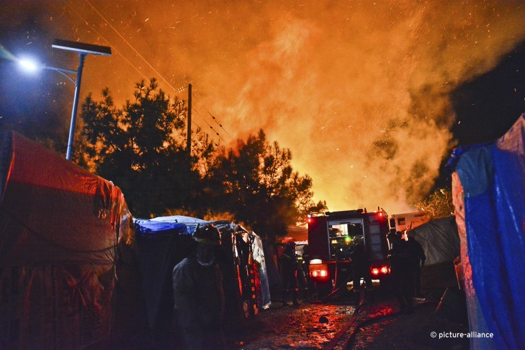 Firefighters try to extinguish a blaze in an overcrowded camp for asylum seekers on the Greek island of Samos on late Monday, October 14, 2019 | Photo: Picture-alliance/AP Photo/Michael Svarnias