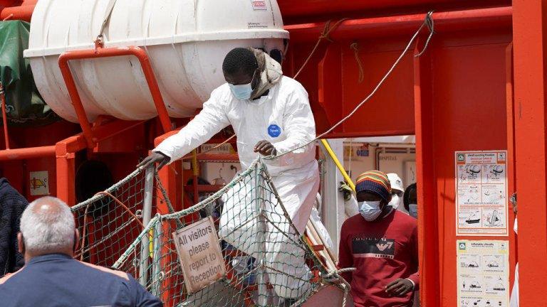 © رويترز  مهاجرون وصلوا إلى جزيرة لامبيدوزا الإيطالية