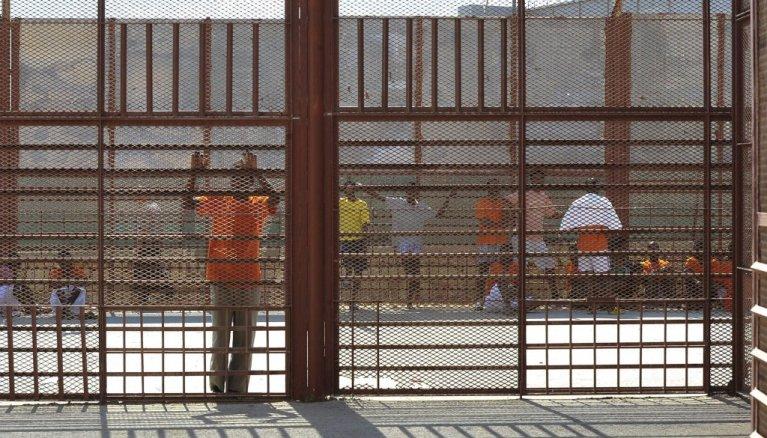 Des migrants au centre de rétention d'Hal Safi. Crédit : EPA