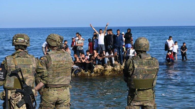 © أ ف ب  الشرطة الإسبانية قرب جيب سبتة أمام المهاجرين من المغرب