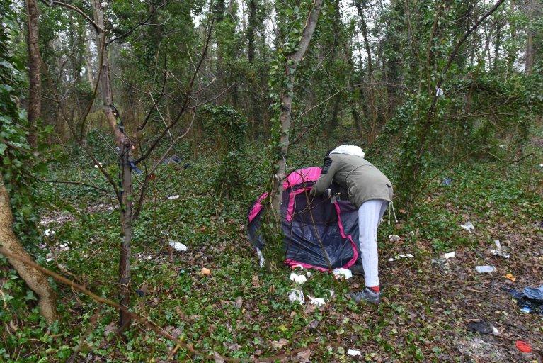 Un migrant près de sa tente à Calais, le 18 janvier 2018. Crédit : Mehdi Chebil