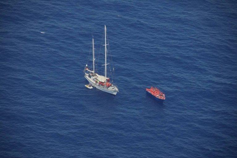 Le voilier Nadir a porté assistance à 86 migrants en détresse en Méditerranée. Crédit : Sea-Watch