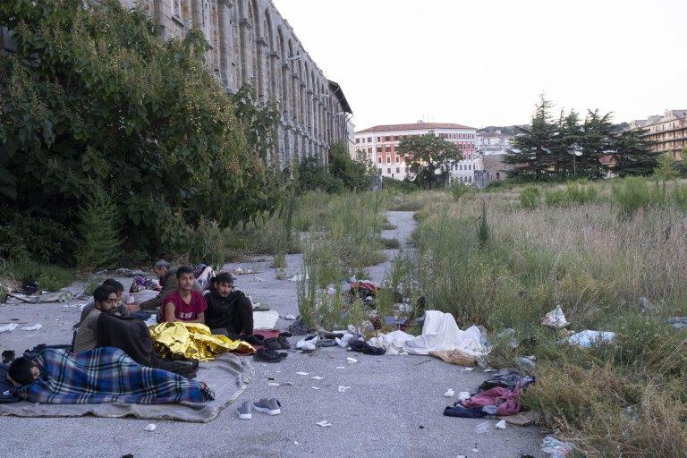 مهاجرون في مبان قريبة من محطة السكك الحديدية في تريستا. المصدر: أنسا/ ماورو دوناتو.