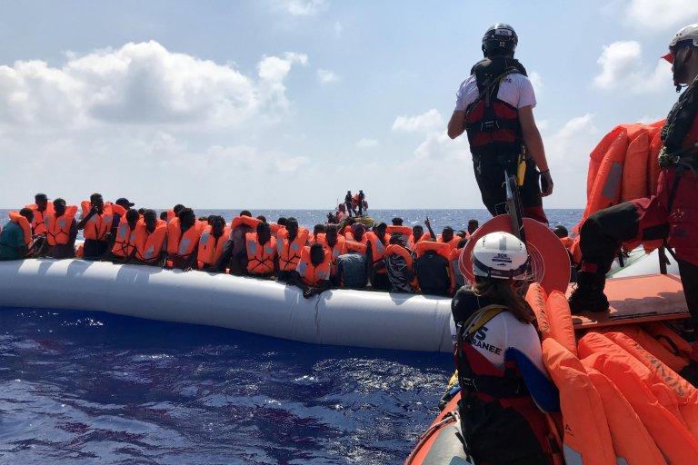 Anne CHAON / AFP |Opération de sauvetage du navire humanitaire «Ocean Viking» affrété par SOS Méditerranée et Médecins sans frontières, en Méditerranée, le 10 août 2019.