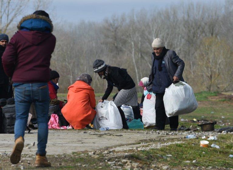 Des migrants afghans se préparent à quitter le camp de Doyran près de la rivière Evros, March 2020. Crédit : Mehdi Chebil pour InfoMigrants