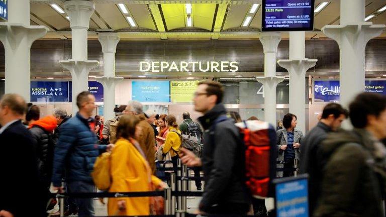لندن کې پاریس ته د تګ لپاره مسافر ریل ته انتظار باسي. فبروری ۲۰۲۰. انځور: فرانس پرس