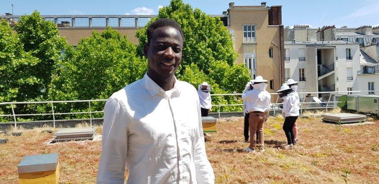 Abdelhaq, Tchadien de 23 ans, suit une formation d'apiculture avec l'aide de l'association Espero. Crédit : InfoMigrants
