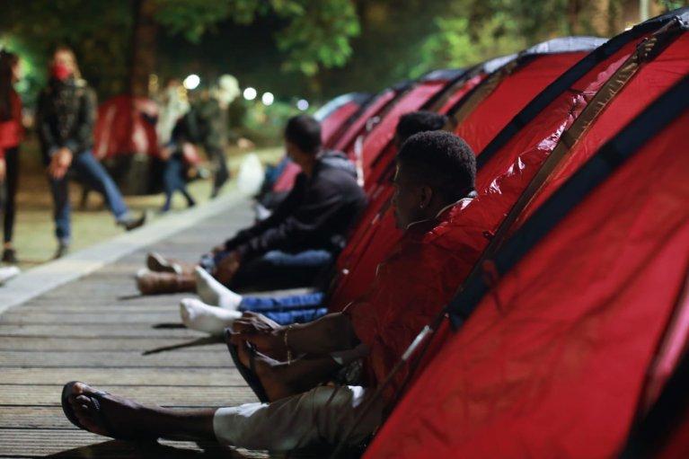 Un campement avec 65 migrants disant être mineurs a vu le jour, lundi 29 juin, dans le square Jules-Ferry, dans le 11e arrondissement de Paris. Crédit : Bruno Fert, MSF