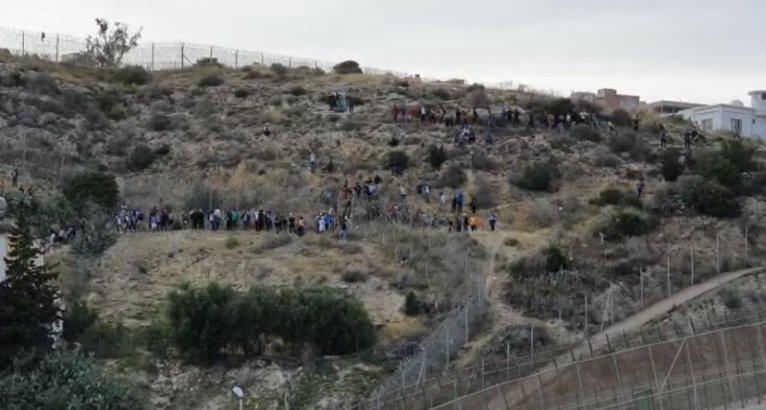 Des centaines de migrants se massent derrière les clôtures de Melilla depuis le Maroc (archives). Crédit : InfoMigrants