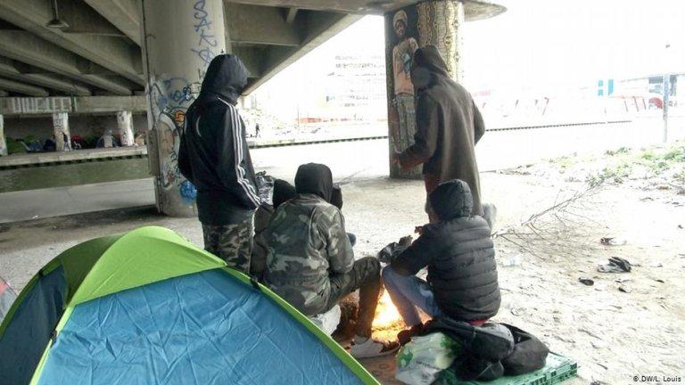 From file: Migrants under a bridge in Paris | DW/L.Louis