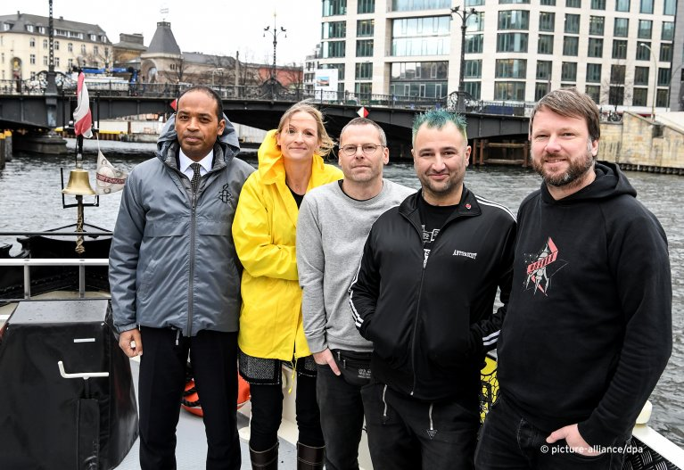 From left to right: Markus N. Beeko and Franziska Vilmar (both Amnesty International Germany), with Iuventa crew members Sascha Girke, Dariush Beigui and Hendrik Simon in Berlin | Photo: Picture-alliance/dpa