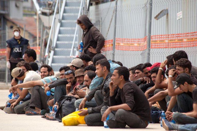 مهاجرون في ميناء ريجيو كالابريا، بعد إنقاذهم في قناة صقلية. المصدر: أنسا/ فرانكو كيوفاري.