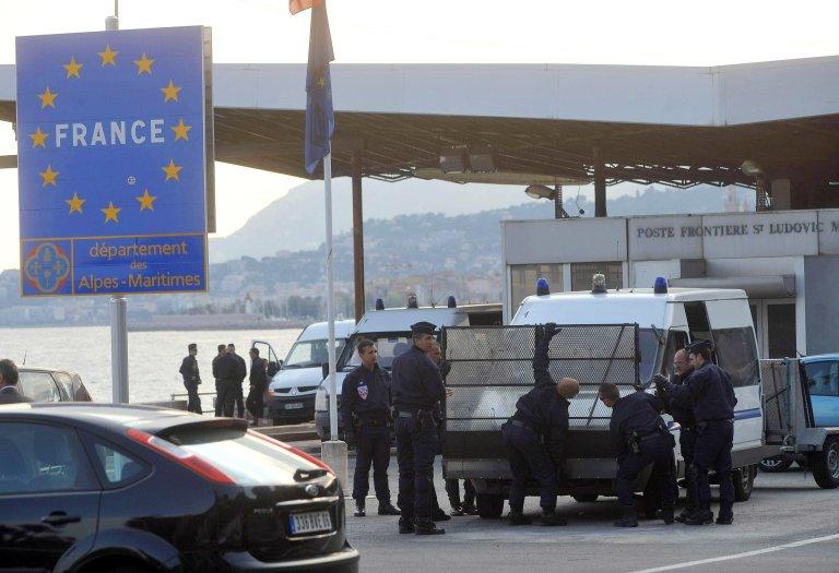 الشرطة الفرنسية تنتشر عند معبر بونتي سان لودفيكو الحدودي بين مينتوني وفينتيميليا. المصدر: أنسا